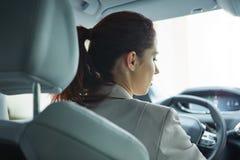 Affärskvinna som kör hennes nya bil Royaltyfria Bilder
