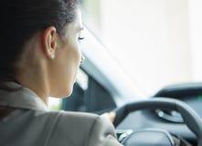 Affärskvinna som kör hennes nya bil Arkivbilder