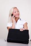 affärskvinna som kallar den lyckliga mobila ståenden Royaltyfria Foton