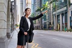 Affärskvinna som kallar för taxitaxi Arkivbilder