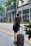 Affärskvinna som kallar för taxitaxi Royaltyfria Bilder
