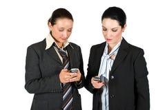 Affärskvinna som kallar vid telefonmobil Arkivfoto