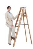 Affärskvinna som klättrar karriärstegen Arkivbild
