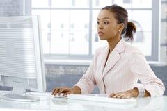 Affärskvinna som koncentrerar på arbete royaltyfri bild