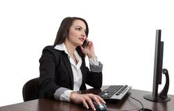 Affärskvinna som kontrollerar henne som är mobil Arkivfoton