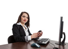 Affärskvinna som kontrollerar henne som är mobil Arkivbild