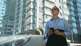 Affärskvinna som kontrollerar meddelandet på mobiltelefonen, framgång i personligt liv och arbete arkivfilmer
