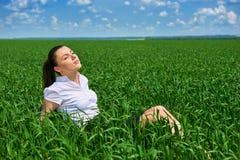 Affärskvinna som kopplar av i sol för fält för grönt gräs utomhus- under- Iklädd dräkt för härlig ung flicka som vilar, vårlandsk Arkivbilder