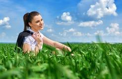 Affärskvinna som kopplar av i sol för fält för grönt gräs utomhus- under- Iklädd dräkt för härlig ung flicka som vilar, vårlandsk Royaltyfri Fotografi