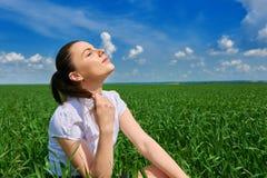 Affärskvinna som kopplar av i sol för fält för grönt gräs utomhus- under- Iklädd dräkt för härlig ung flicka som vilar, vårlandsk Arkivbild