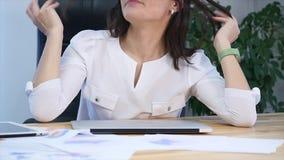 Affärskvinna som lägger hennes huvud på tabellen inom kontoret lager videofilmer