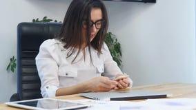 Affärskvinna som lägger hennes huvud på tabellen inom kontoret stock video