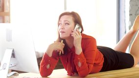 Affärskvinna som lägger på tabellen stock video