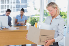 Affärskvinna som lämnar kontoret, når att ha lagts av arkivfoto