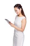 Affärskvinna som läs på den digitala minnestavlan Arkivfoto