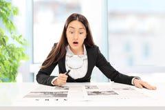 Affärskvinna som läser nyheterna med noggrann undersökning Arkivfoton