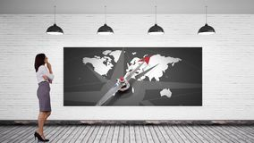 Affärskvinna som låser på en skärm med en världskarta