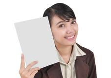 Affärskvinna som ler och bär ett blankt papper Royaltyfri Fotografi