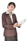 Affärskvinna som ler och skriver på en mapp Arkivfoto