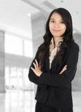 Affärskvinna som ler på kontoret Arkivfoton