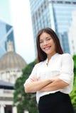 Affärskvinna som ler ståenden i Hong Kong Fotografering för Bildbyråer