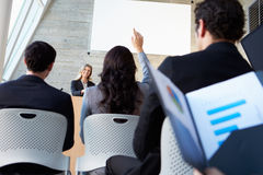Affärskvinna som levererar presentation på konferensen Fotografering för Bildbyråer