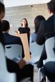Affärskvinna som levererar presentation på konferensen Royaltyfria Bilder