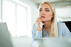 Affärskvinna som lider influensa och feber på arbete arkivfoto