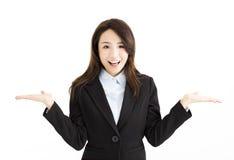 Affärskvinna som lyfter hennes händer på båda sidor arkivbilder