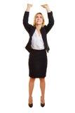 Affärskvinna som lyfter upp imaginärt objekt fotografering för bildbyråer