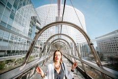 Affärskvinna som mediterar på affärsmitten arkivfoton