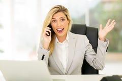 Affärskvinna som mottar spännande nyheterna Arkivbild