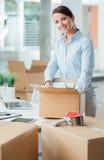 Affärskvinna som packar upp i hennes nya kontor Royaltyfri Fotografi