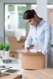Affärskvinna som packar upp i hennes nya kontor Royaltyfri Bild