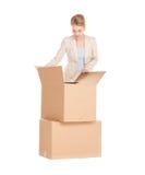 Affärskvinna som packar upp stora askar Royaltyfri Fotografi