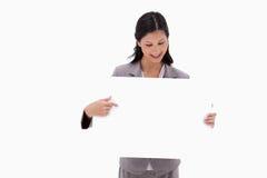 Affärskvinna som pekar på det blanka teckenbrädet Royaltyfria Foton