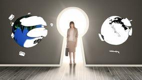 Affärskvinna som poserar i den glödande nyckelhålet som omges, genom att rotera jordar arkivfilmer
