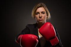 Affärskvinna som poserar i röd-färgade boxninghandskar Royaltyfria Bilder