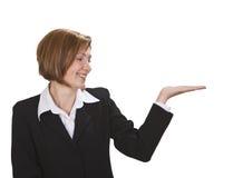 affärskvinna som presenterar något Royaltyfria Bilder
