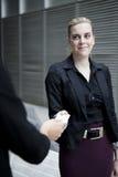 Affärskvinna som räcker över affärskort Arkivbild