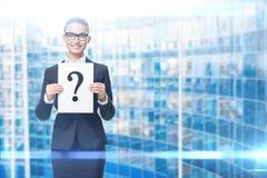 Affärskvinna som räcker frågefläcken arkivbild