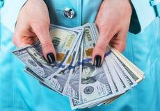 Affärskvinna som räknar pengar i händer Handfullpengar Erbjudande pengar Händer för kvinna` s rymmer pengarvalörer av 100 dollar Arkivbilder