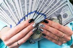 Affärskvinna som räknar pengar i händer Handfullpengar Erbjudande pengar Händer för kvinna` s rymmer pengarvalörer av 100 dollar Arkivbild