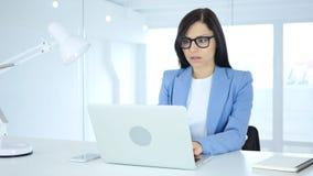 Affärskvinna som reagerar för att missa online-transaktionen, betalning vid kreditkorten Arkivfoton