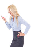 Affärskvinna som ropar in i mobiltelefonen som isoleras på vit Arkivfoto
