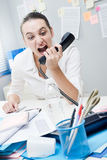 Affärskvinna som ropar på telefonen Royaltyfria Foton