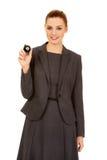 Affärskvinna som rymmer bollen för billiard åtta Royaltyfri Bild