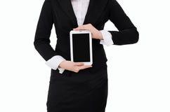 Affärskvinna som rymmer den Digital minnestavlan isolerad på vit bakgrund Fotografering för Bildbyråer