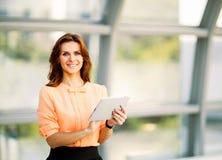 affärskvinna som rymmer den digitala minnestavladatoren arkivbild