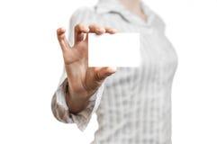 Affärskvinna som rymmer det tomma kortet Fotografering för Bildbyråer